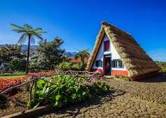Maison traditionnelle à Santana avec son toit de chaume