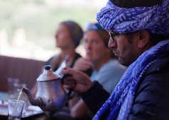 Mohamed Zbair qui sert le thé