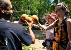 moment-de-partage-avec-des-noix-de-coco-fraiches-Sri-Lanka