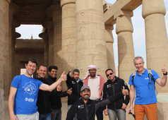 Notre équipe locale en Egypte devant un temple à Louxor