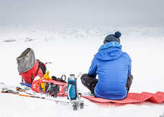 Pause dans la neige du Groenland