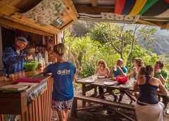 Pause randonnée et jus de fruits frais à Mafate, la Réunion