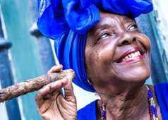 Portrait d'une cubaine avec son cigare