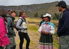 Rencontre entre une péruvienne et voyageurs
