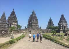 Randonneurs au temple de Prambanan, Java, Indonésie