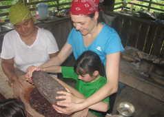 Voyageurs écrasant des fèves de cacao