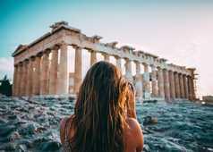 Voyageuse devant le temple d'Athènes en Grèce