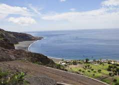 Vue panoramique sur une plage de sable noir au Cap Vert