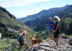 Randonneurs avec vue sur la vallée des Canaries