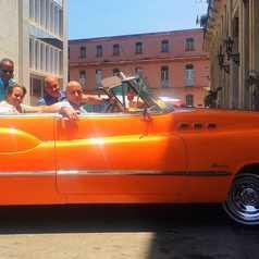Notre équipe locale à Cuba dans une vieille américaine