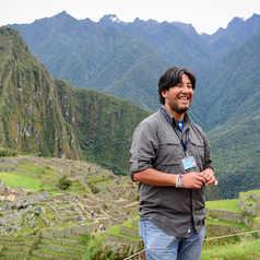 Guide Altaï Peru devant le Machu Picchu
