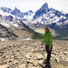 Orianne devant les montagnes de Patagonie