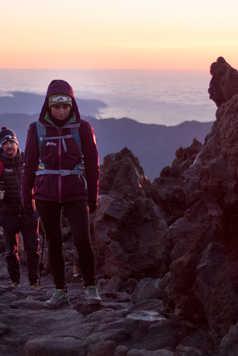 Randonneurs arrivant au sommet du Teide au crépuscule
