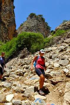 Crète, randonneurs sur sentiers caillouteux