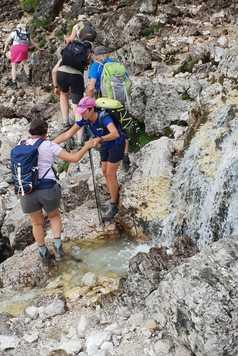 Aide de la guide au passage d'un ruisseau