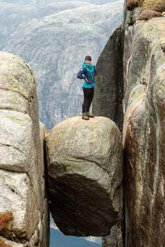 Marie sur le Kjeragbolten, le rocher suspendu