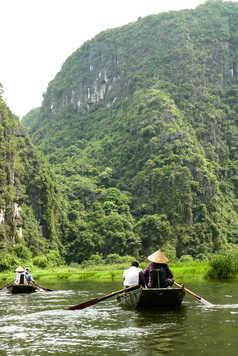Navigation dans les rizières en barque au Vietnam