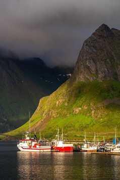 Port de Fredvang et soleil de minuit dans les Lofoten en Norvège