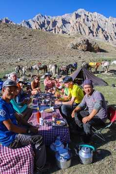 Repas au campement dans la vallée de Sumda, Zanskar