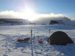 Camp de base dans les Alpes en hiver