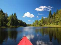 Canoë sur la rivière en Suède
