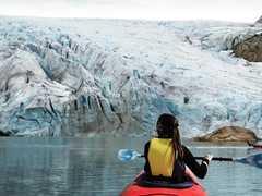 Kayak de mer près du glacier Folgefonna en Norvège