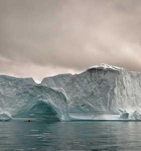 Icerbeg géant et kayak de mer Groenland