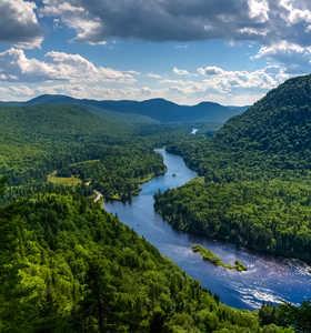 Vue sur le parc national de la rivière Jacques-Cartier, Québec, Canada