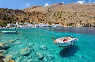 Bateau et eau turquoise à Loutro sur l'île de Crète