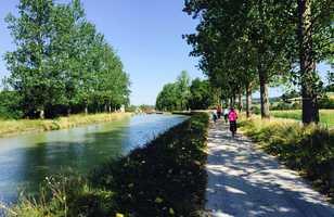 cyclistes au bord du canal de bourgogne