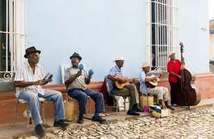 Groupe de musiciens jouent sur les rues historiques de Trinidad