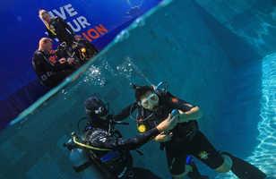 Les moniteurs accompagnent leurs élèves pour les premières bulles en piscine.