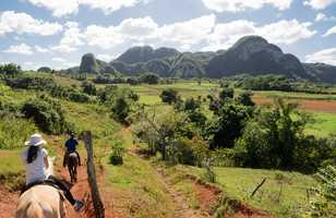 Promenade à cheval dans la vallée tropicale de Viñales (Cuba)