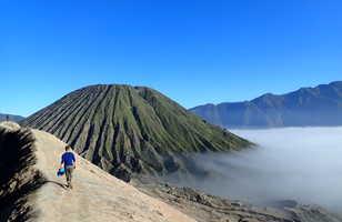 Randonneur devant le volcan Bromo