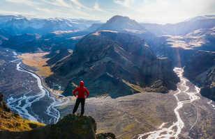 Randonneur surplombant la rivière Glacier de Thorsmork