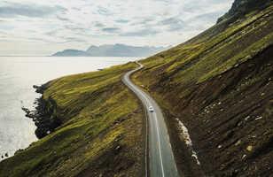 Voiture sur belle route panoramique en Islande