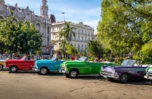 Voitures de collection colorées cubaines devant le Gran Teatro à la Havane