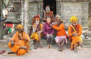 Voyageuse avec des moines Sadhu devant le temple Pashupatinath