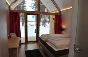 Vue  intérieurs des chambres de l'éco-lodge  dans le parc  à Hossa en Finlande