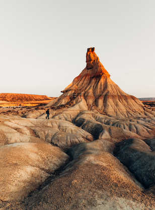 Randonneur dans le désert des Bardenas Reales