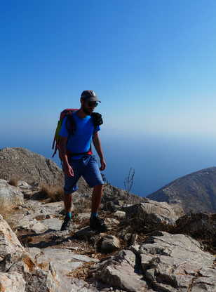 Randonneur sur les hauteurs de Santorin