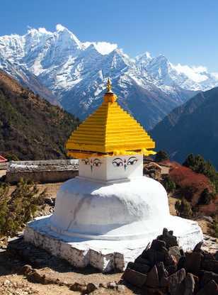 Stupa dans le village de Thame, devant le mont Thamserku et Kangtega