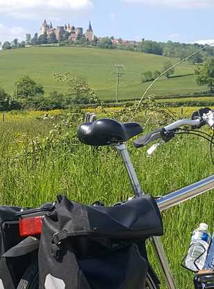 un vélo de FRANCE A VELO dans la campagne en bourgogne