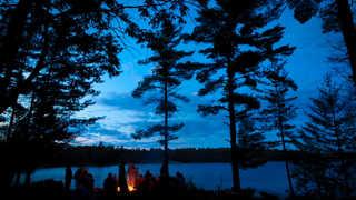 Feu de camp près d'un lac