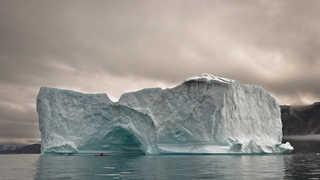Kayak au pied d'un iceberg au Groenland, Narsaq