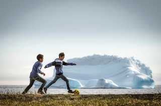 Enfants jouant au football au Groenland