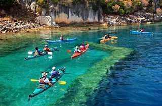 Groupe de kayakistes sur la côte lycienne en Turquie