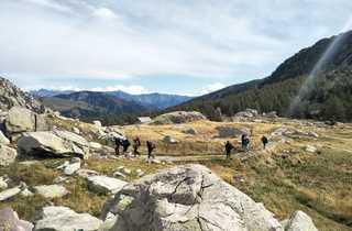 Randonneurs dans la vallée des merveilles dans le massif du Mercantour