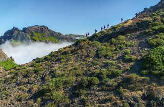 Randonneurs sur la crête d'une montagne de Madère