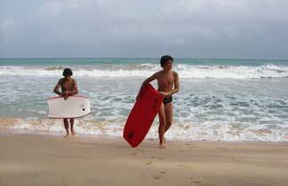 Adolescent faisant du bodyboard sur la plage de Mirissa au Sri Lanka